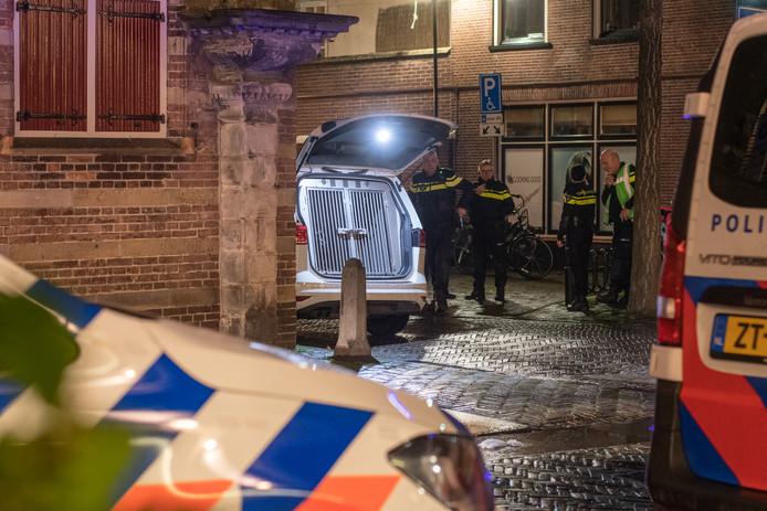 De politie heeft de handen vol aan voetbalsupporters die café Onze Vrienden in Woerden hebben gesloopt.
