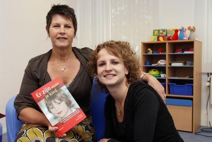 Carla Brok (links) en Marilene de Zeeuw schreven een boek over opvoeden. foto Ab Hakeboom