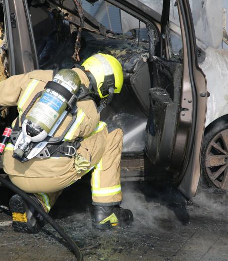 Auto brand af op dak van Megastores in Den Haag