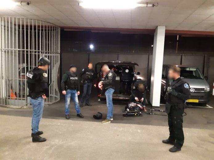 Leden van het Fugitive Active Search Team NL in actie in Dordrecht