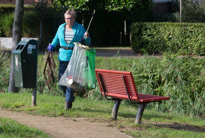 Uitgerust met een grijpstok, handschoenen en een handig standaardje voor twee vuilniszakken gingen vooral veel oudere Doesburgers en een enkele jongere op pad om zwerfvuil op te ruimen.