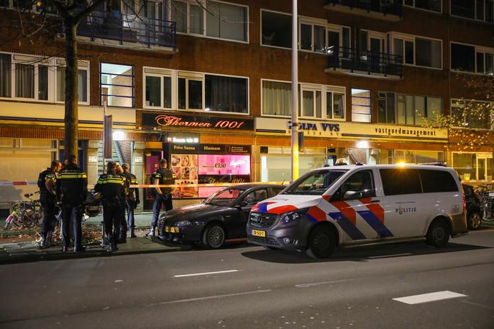 Een sauna aan de Schieweg in Rotterdam is vannacht beschoten.