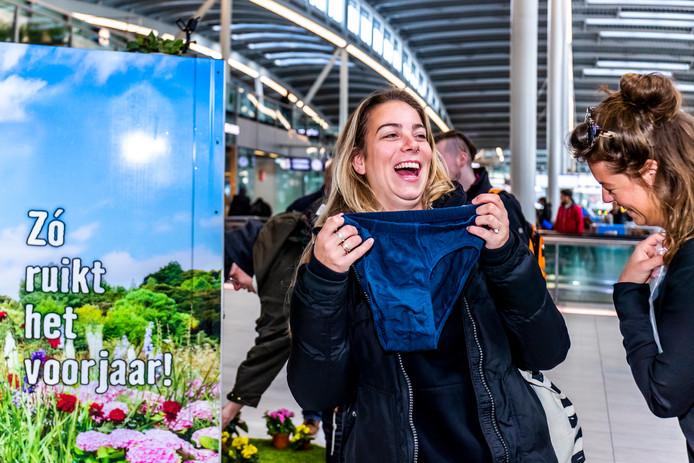 Ruiken aan mannenonderbroeken op Utrecht Centraal