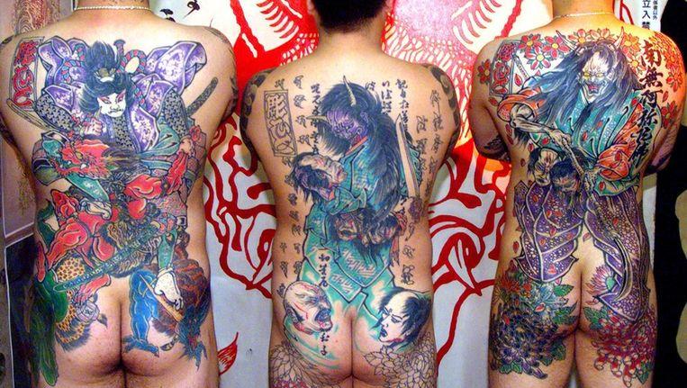 Japanse mannen laten hun tatoeages zien - vroeger het teken van de yakuza. Beeld null