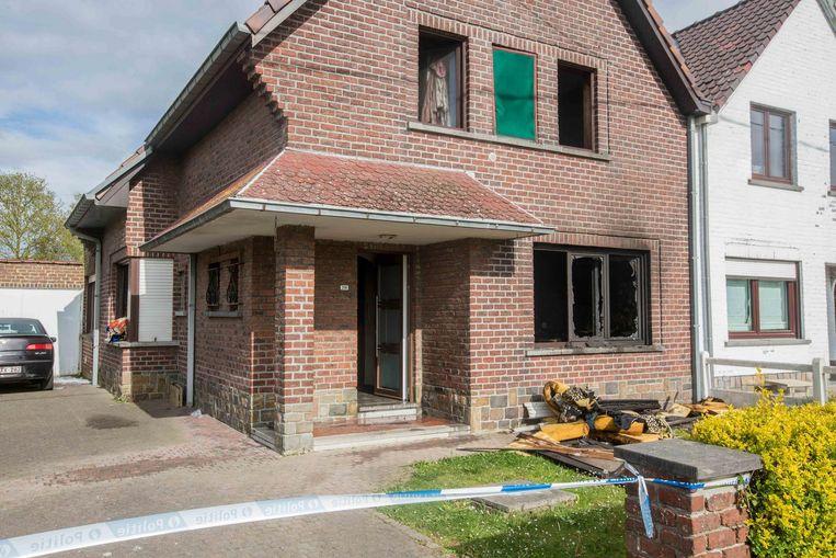 Het gelijkvloers van de woning in de Herdebeekstraat brandde volledig uit.