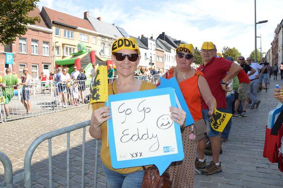 Tour de France in Geraardsbergen - Sandra Machtelinckx uit Idegem eert Eddy Merckx op een HLN-bordje.