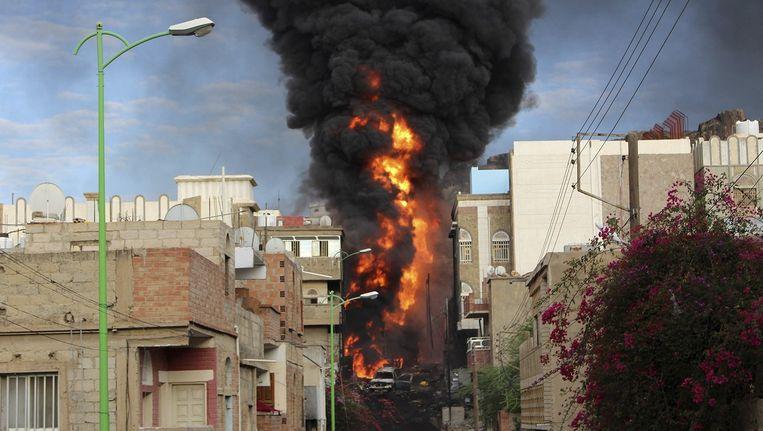 Een tankwagen is in brand geschoten bij gevechten in Taiz. Beeld Reuters