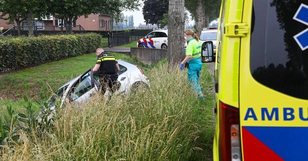 Auto in sloot na botsing met bestelbus in Lithoijen.