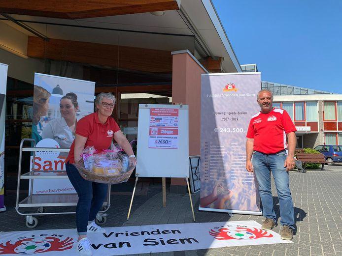 Stichting Vrienden van Siem verkocht zaterdag advocaat en pindarotsjes voor het Bravis ziekenhuis in Bergen op Zoom en Roosendaal. De afgelopen jaren haalden ze al meer dan twee ton op voor diverse goede doelen op terrein van kankerbestrijding.
