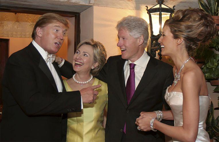 Bill en Hillary Clinton zijn in 2005 te gast op het huwelijk van Donald en Melania Trump.