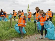 De 'plastic guerrilla' gaat gewapend met handschoenen en prikstok afval rapen in Leerdam