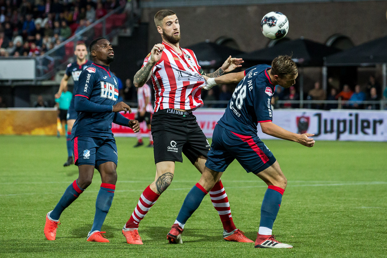 Eindhovenaar Jarno Janssen (r) vocht op Het Kasteel in Rotterdam fysieke duels uit met Sparta-spits Lars Veldwijk.