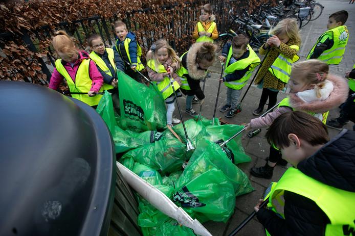 Het resultaat van zwerfvuil opruimen door kinderen van basisschool De Stapsteen.