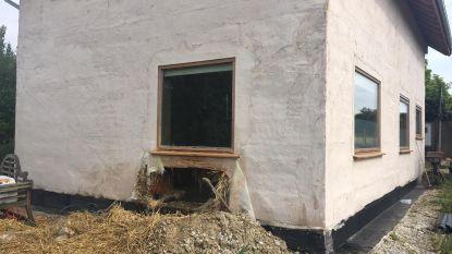 Bewoner steekt huis van stro (per ongeluk) in brand