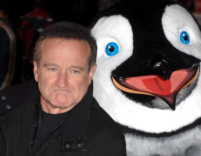 2006: Williams poseert met een filmkarakter uit 'Happy Feet', een animatiefilm waaraan hij zijn stem leende.