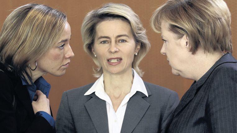 Drie christen-democratische vrouwen uit de Duitse regering discussiëren over het vrouwenquotum. Links minister Kristina Schröder, in het midden Ursula von der Leyen (Werkgelegenheid), en rechts Angela Merkel, de eerste vrouwelijke kanselier van Duitsland. Merkel is tegen een vrouwenquotum. © Reuters Beeld null