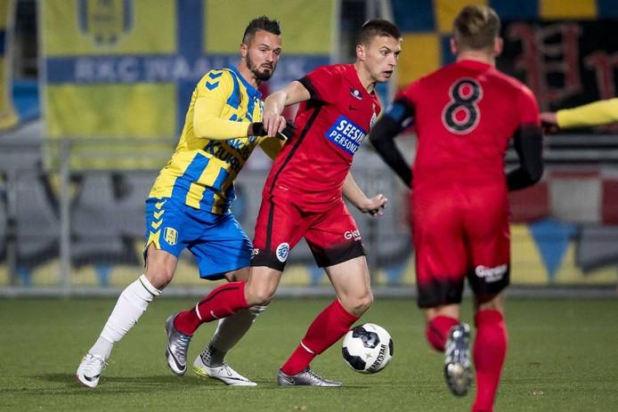 Alexander Bannink schermt de bal af tegen RKC Waalwijk. Foto: Joep Leenen/Proshots