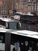 Het verkeer loopt vast als er teveel bussen over de Koningsweg gaan, en dan vooral rondom de ovonde.
