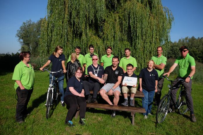 'Burgemeester' Roy van het Horsterpark is blij met de fietsen.