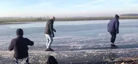 De eerste schaatsers op de vogelplas zijn gespot