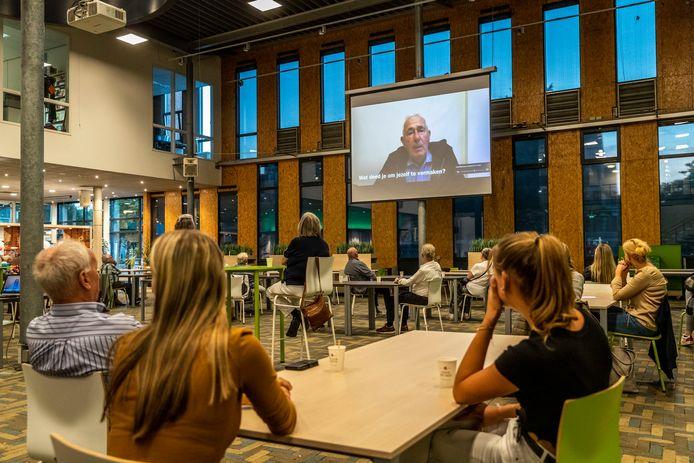 In het Alzheimercafe op ROC ter Aa in Helmond tonen jongeren van de zorgopleiding filmpjes die ze gemaakt hebben met ouderen in de Coronatijd.