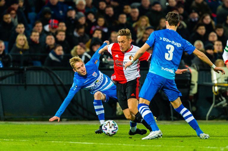 Feyenoord Jens Toornstra worstelt zich tussen twee PEC-verdedigers door. Beeld BSR Agency