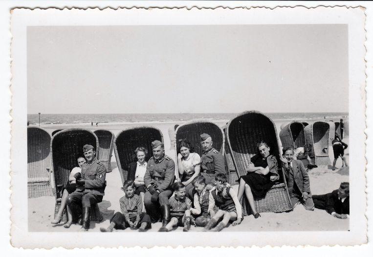 Duitse militairen op het strand in Scheveningen met Nederlandse vrouwen en kinderen. Beeld Collectie Gerard Groeneveld