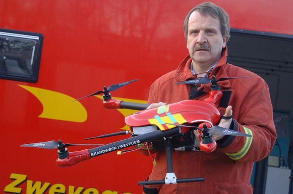 Commandant Claude Monserez met een ondertussen in beslag genomen drone.