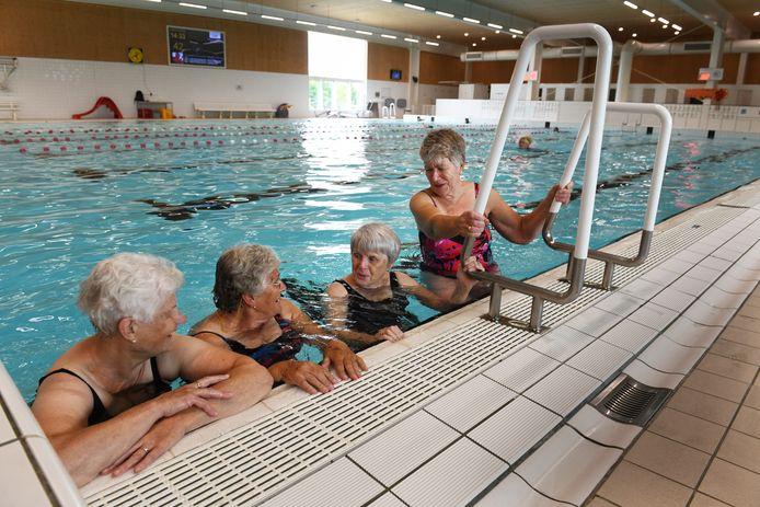 Zwemsters van het maandagmiddagploegje in het Culemborgse bad.