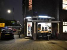 Overvaller slaat eigenaar cafetaria Arnhem en vlucht, brandweermannen houden vergeefs klopjacht