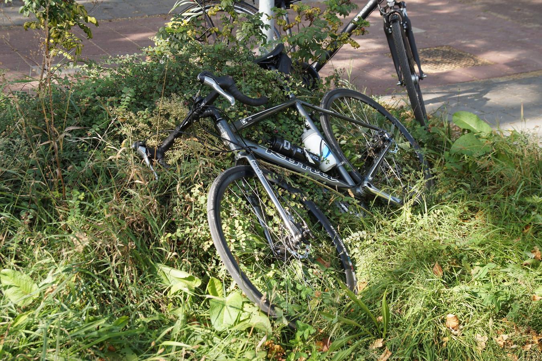 De fiets van een van de gewonde wielrenners.