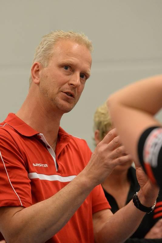 Marcel van Zuijlen legt uit tijdens een time-out van Activia.