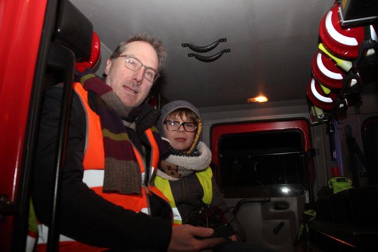Papa Jean-Claude Wierinck en zijn zoontje Arno (9) mochten bekomen in een brandweerwagen.