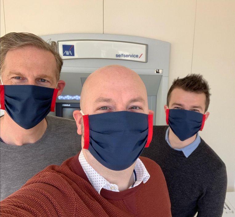 Jan, Tim en Stef geven het goede voorbeeld: veilig werken op kantoor met matching mondmaskers.