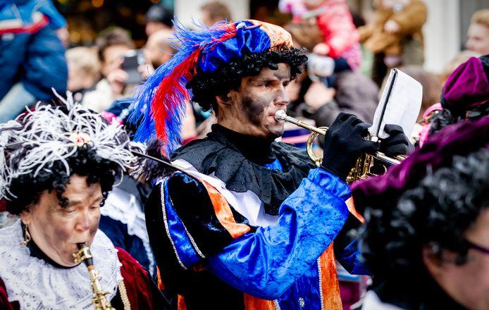 Roetveegpieten tijdens de landelijke intocht van Sinterklaas in Apeldoorn.