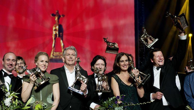 De winnaars Hadewych Minis, Marc van Warmerdam, Pierre Bokma, Monic Hendrickx en Diederik Koopal (VLNR) poseren met hun Gouden Kalf tijdens het Gala van de Nederlandse Film. Beeld ANP Kippa