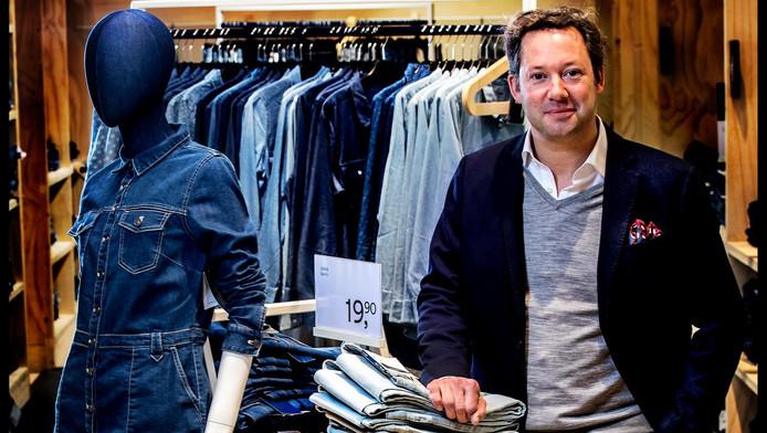 Marc Estourgie pronkt met de pop-upstore voor denimproducten in de Amsterdamse C&A.