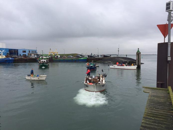 De kreeftenvissers liggen in Yerseke met draaiende motoren te wachten op het moment dat ze mogen uitvaren.