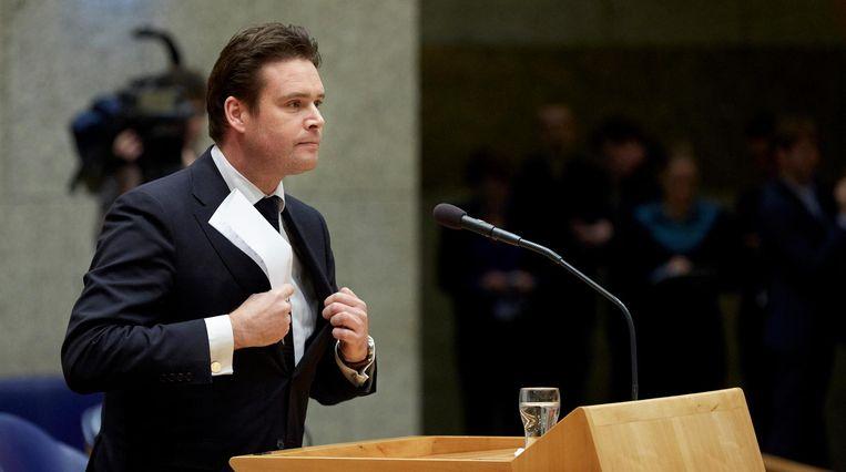 Staatssecretaris Frans Weekers maakt tijdens een debat in de Tweede Kamer bekend dat hij opstapt. Beeld ANP