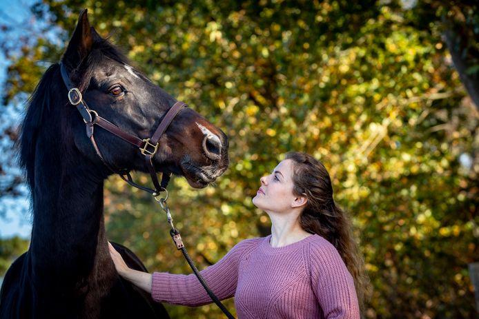 Marjolein van Loenen (deelneemster Kamp v Koningsbrugge) thuis in Schijf met haar paard Vivaldi.
