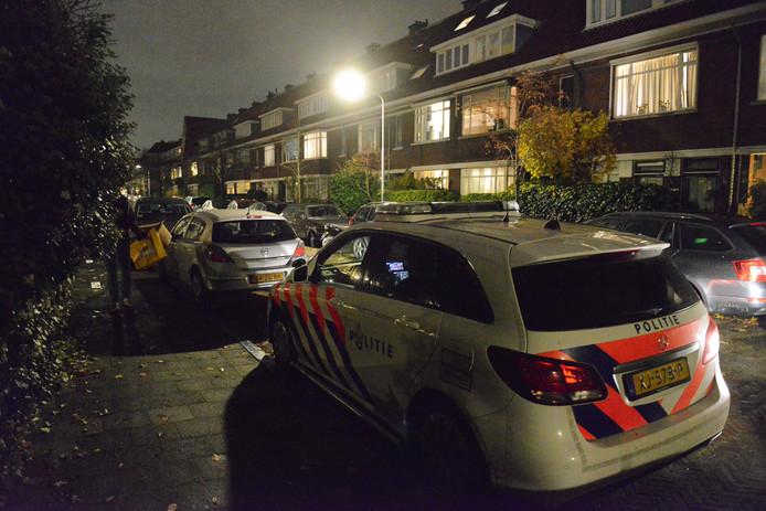 De politie doet op dit moment onderzoek in de portiekwoning.