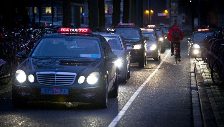 Amsterdam gaat bekijken wat de gevolgen zijn van de proef van taxidienst Uber, waarbij mensen ritjes kunnen maken met particuliere chauffeurs. Beeld anp