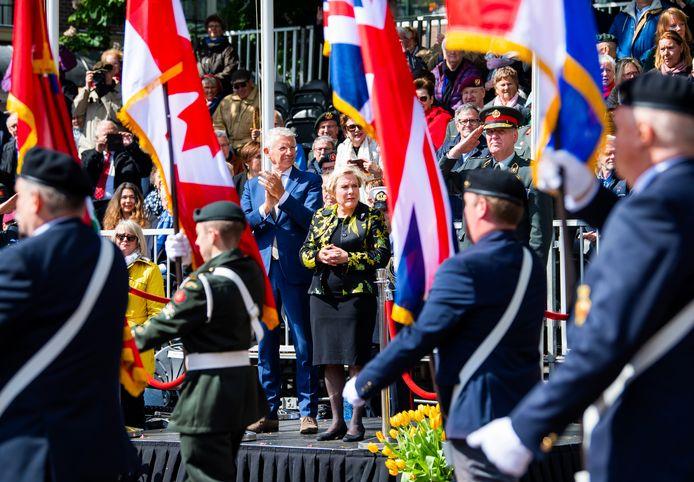 Minister van Defensie Ank Bijleveld-Schouten (midden) in mei 2019 tijdens het jaarlijkse Bevrijdingsdefile in Wageningen als eerbetoon aan de bevrijders.