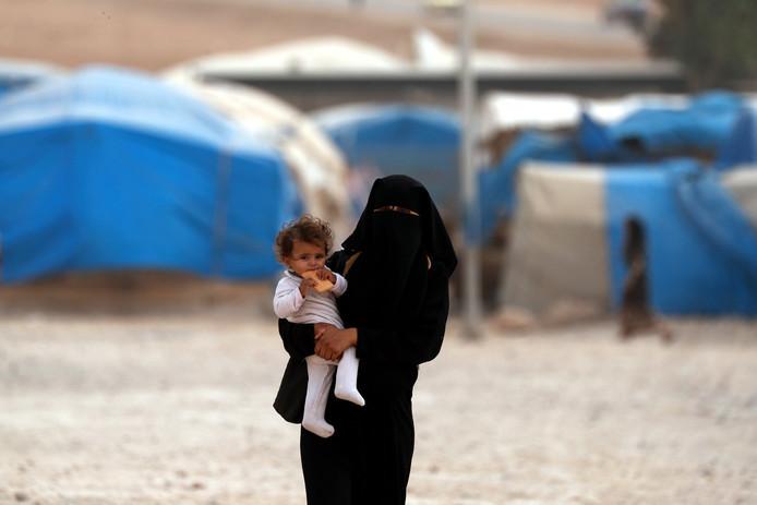 Een moeder met kind in een Syrisch vluchtelingenkamp. Noot: Dit is niet het kind dat is teruggehaald naar Nederland.