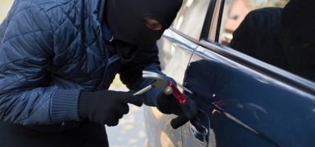 Inbraak in geparkeerde auto in wijk Schutskamp in Den Bosch