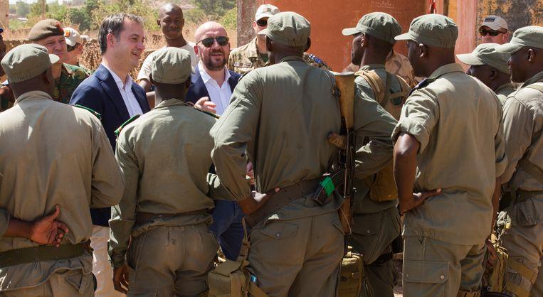 De Belgische premier Charles Michel en minister van Ontwikkelingssamenwerking Alexander De Croo in Mali in november vorig jaar. Archieffoto.