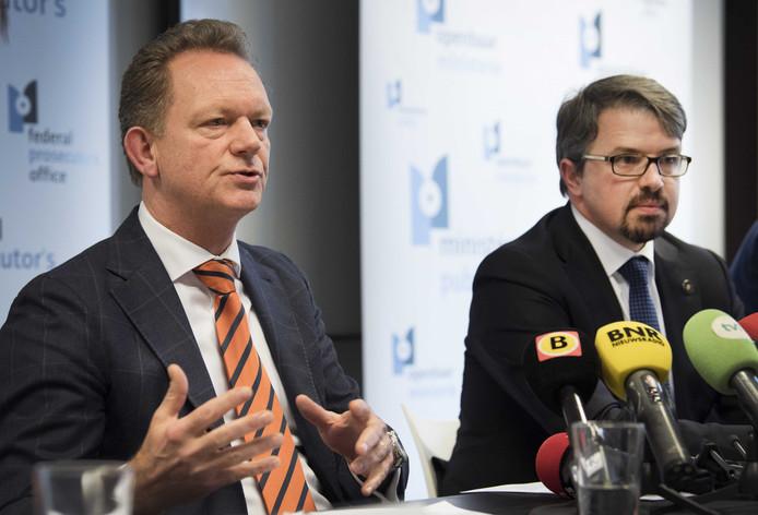 De Nederlandse hoofdofficier van Justitie van het Landelijk parket Fred Westerbeke (L) en de Belgische Procureur des Konings van het parket Limburg Frederic van Leeuw (R) geven tijdens een persconferentie toelichting over internationale drugsmokkel en productie. ANP PIROSCHKA VAN DE WOUW