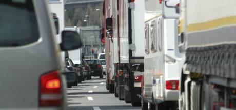 Ongeluk op A2 bij Maarheeze richting Eindhoven, verkeer over vluchtstrook