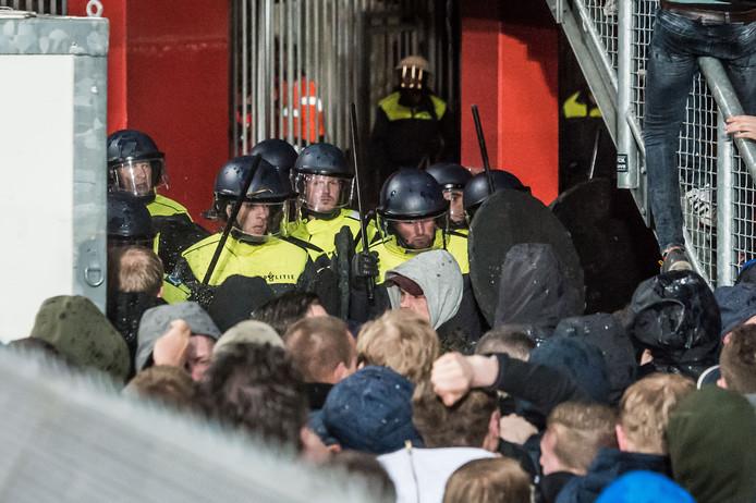 Politie dringt het stadion binnen.