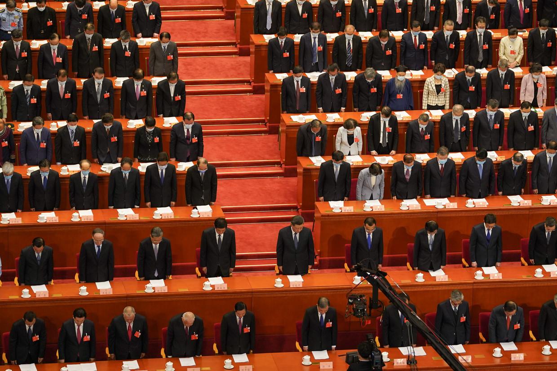 President Xi Jinping en premier Li Keqiang te midden van de leden van het politbureau bij de stilte die acht wordt genomen ter nagedachtenis van de slachtoffers van Cvoorafgaand aan het Chinese Volkscongres.